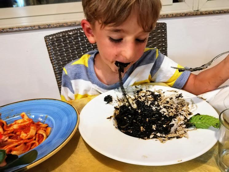bimbo che mangia gli spaghetti