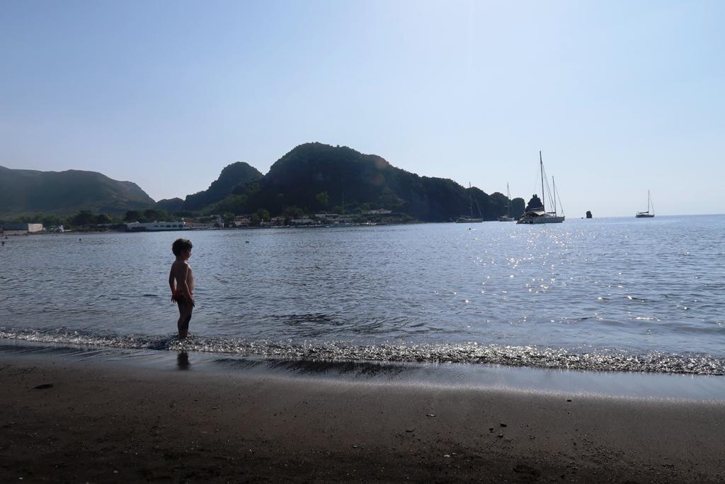 bambino sulla spiaggia di sabbiere a Vulcano Isole Eolie