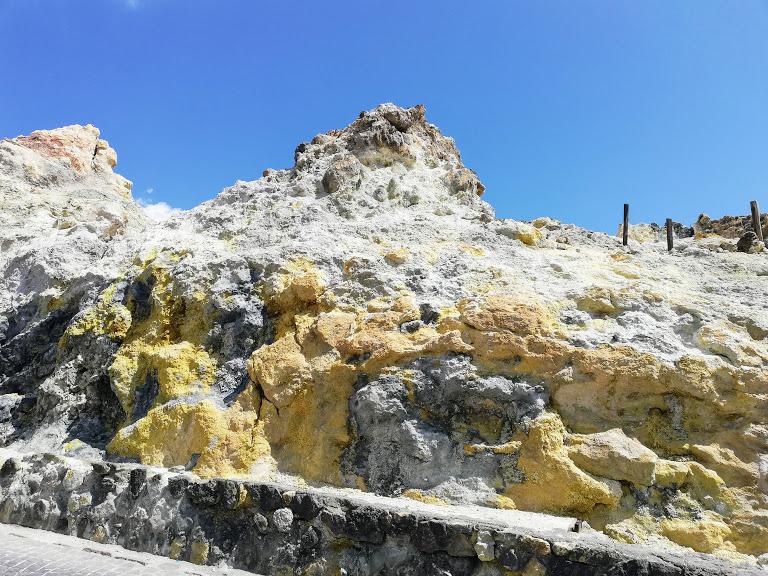 lo zolfo che si deposita sulle rocce di Vulcano alle Isole Eolie