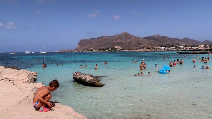 un bambino a Favignana in spiaggia