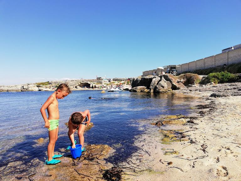bambini che giocano sulla spiaggia di San Nicola a Favignana