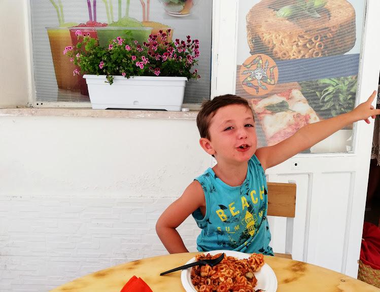bimbo che mangia un piatto di pasta