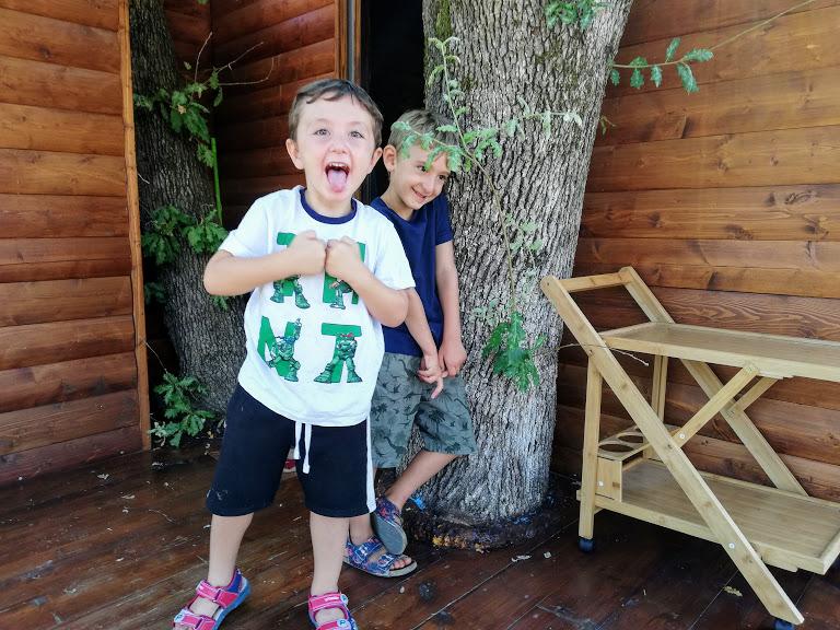 due bambini che sorridono e giocano nella casa sull'albero in Calabria