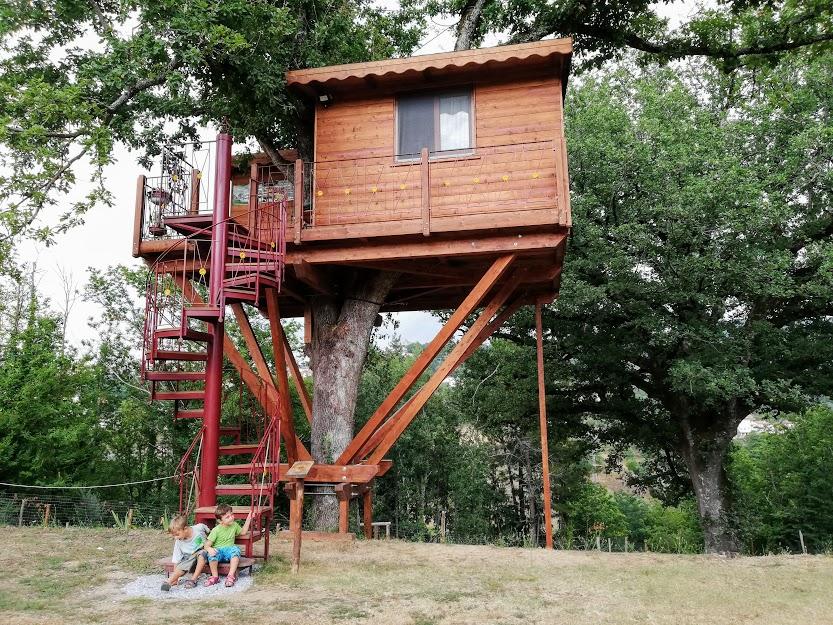 bambini in una casa sull'albero in Calabria