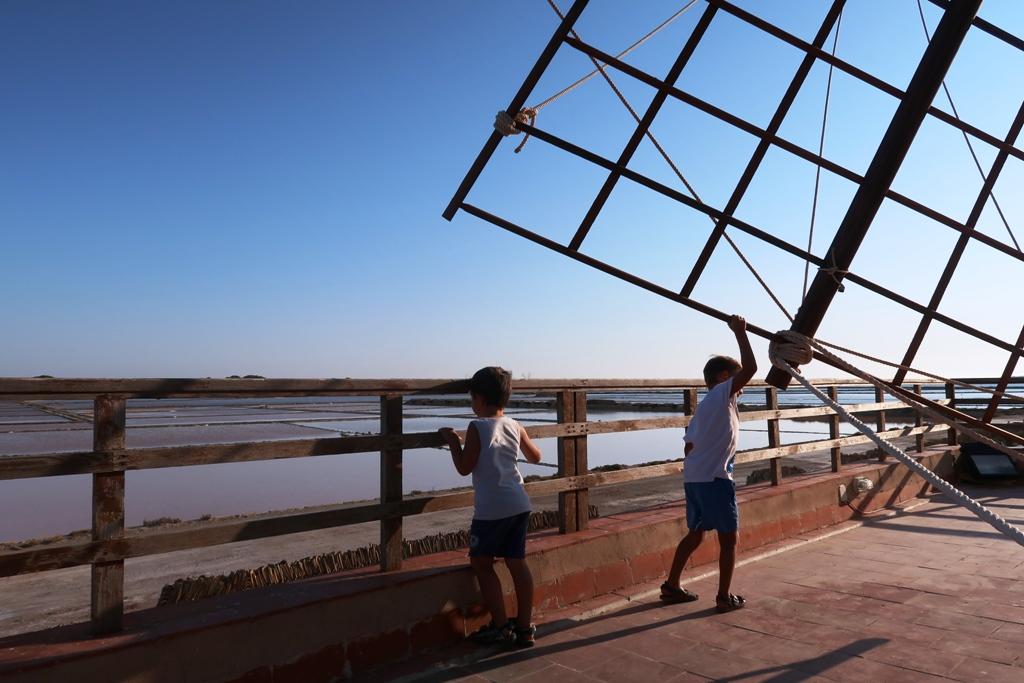 bambini che giocano con i mulini a vento