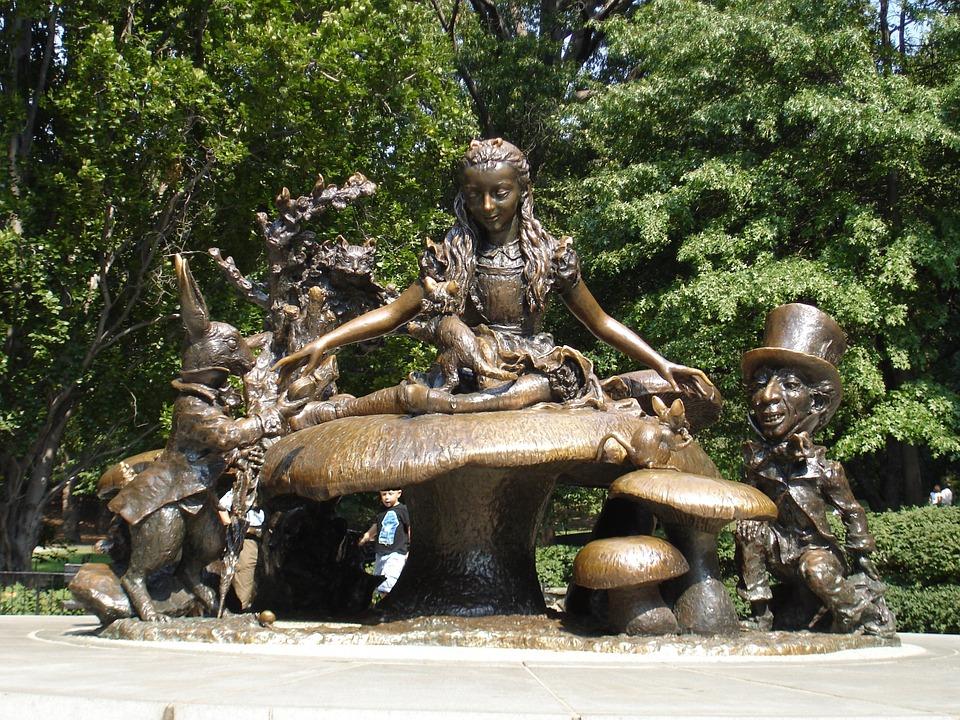 statua di alice a central park di new york