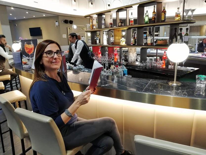 donna seduta al bar dell'aeroporto
