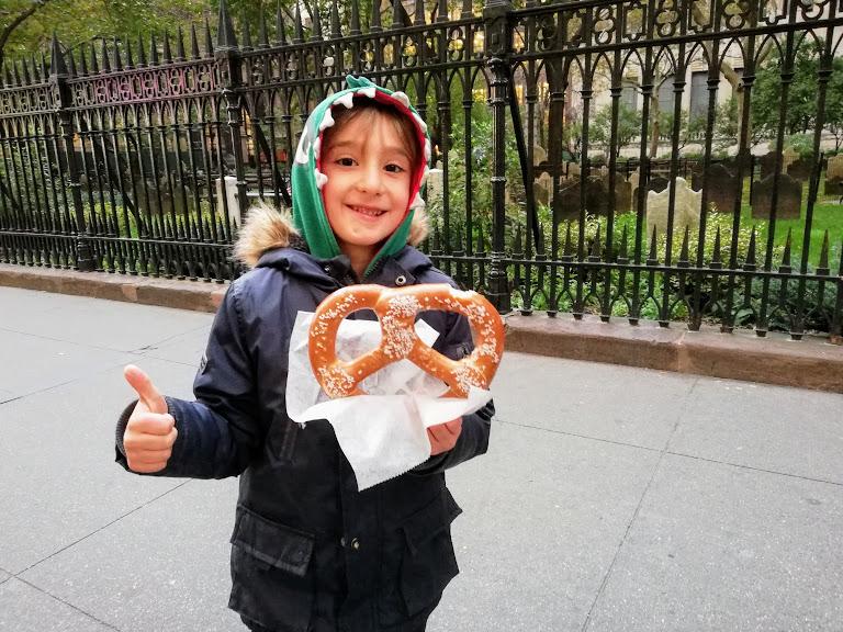 bimbo che mangia un pretzel