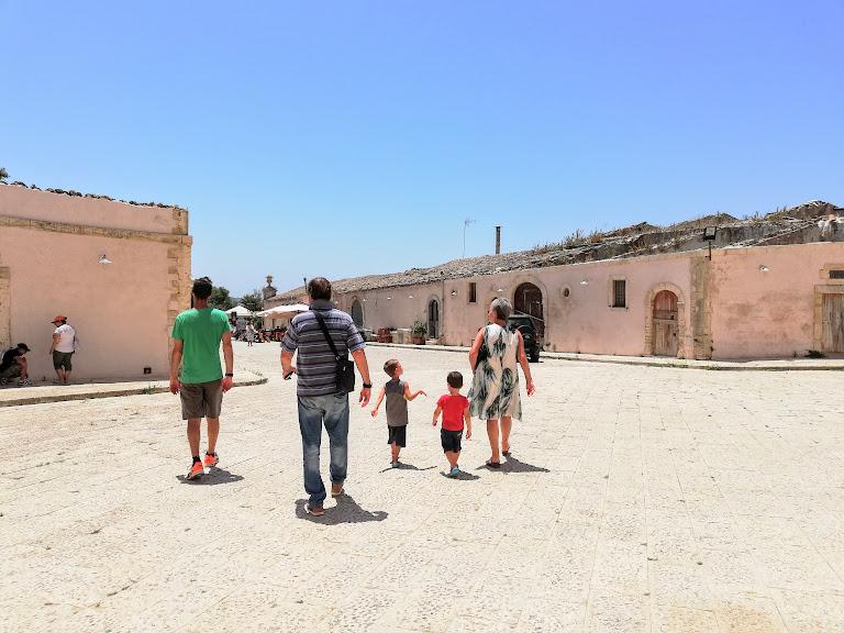 una famiglia in visita al castello di donnafugata