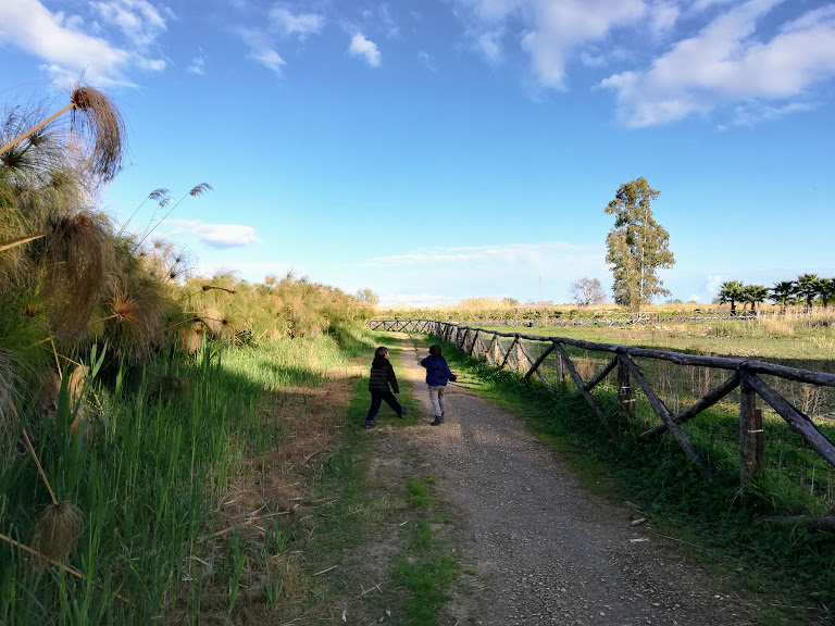 due bambini in escursione nei dintorni di Siracusa alla riserva fiume ciane