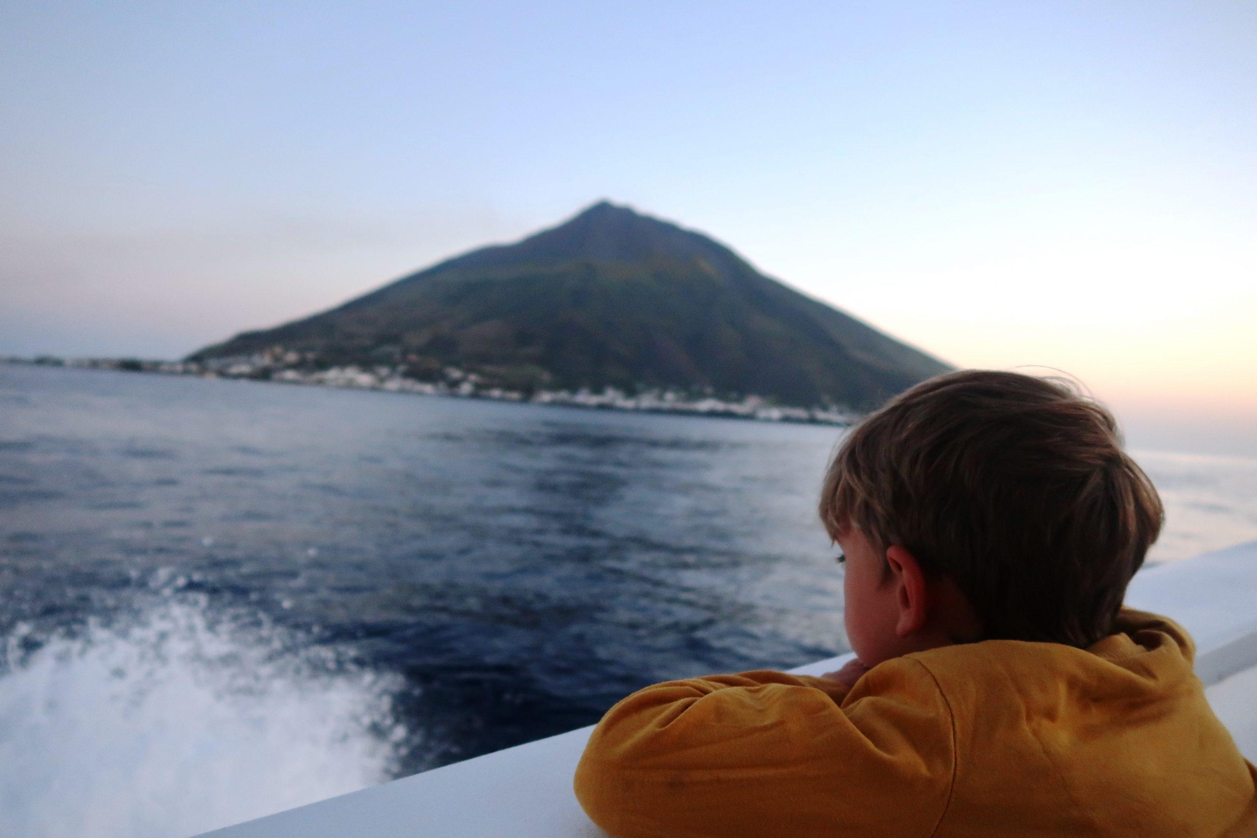 un bambino che osserva il vulcano Stromboli