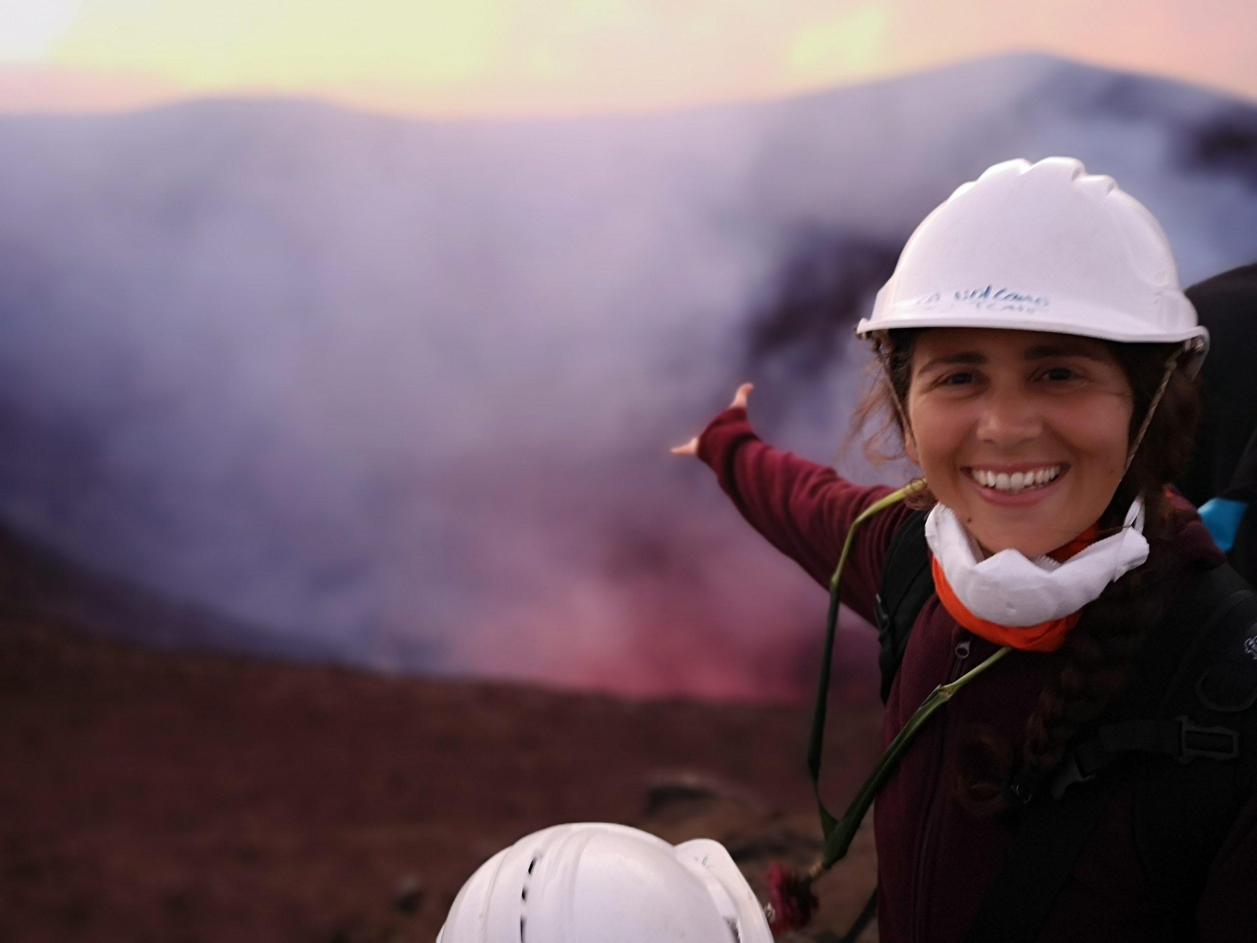 una mamma e un bambino che visitano il vulcano yasur