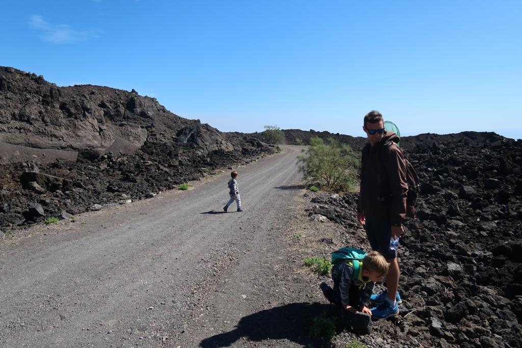una famiglia sul sentiero di Monte Gemmellaro Etna