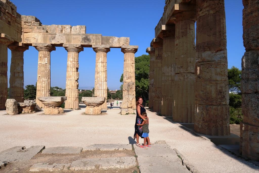 mamma e bambino al tempio E di Selinunte