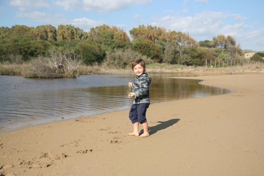 un bambino che gioca in spiaggia