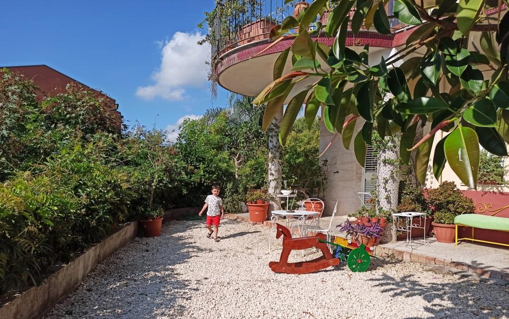 giardino esterno del BB Pupi Catania Etna