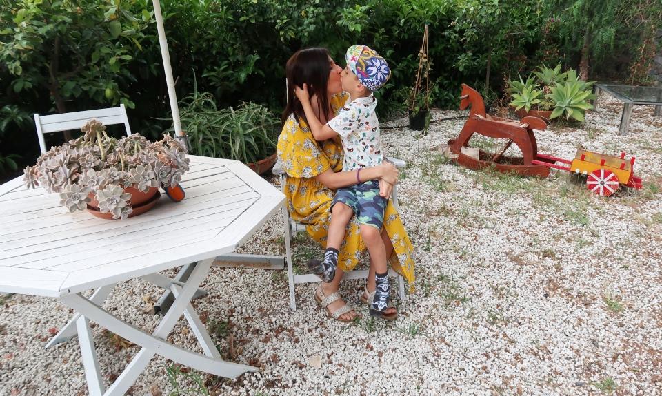 mamma e figlio in vacanza in Sicilia vicino Catania