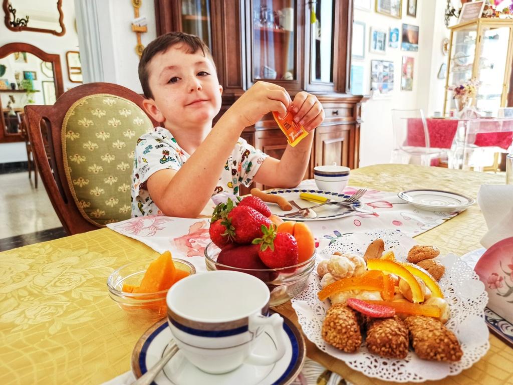 un bambino che fa colazione presso un bb nei dintorni di Catania