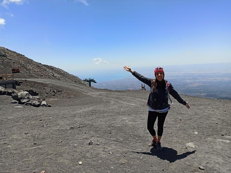 una donna sull'Etna a quota 2500 metri