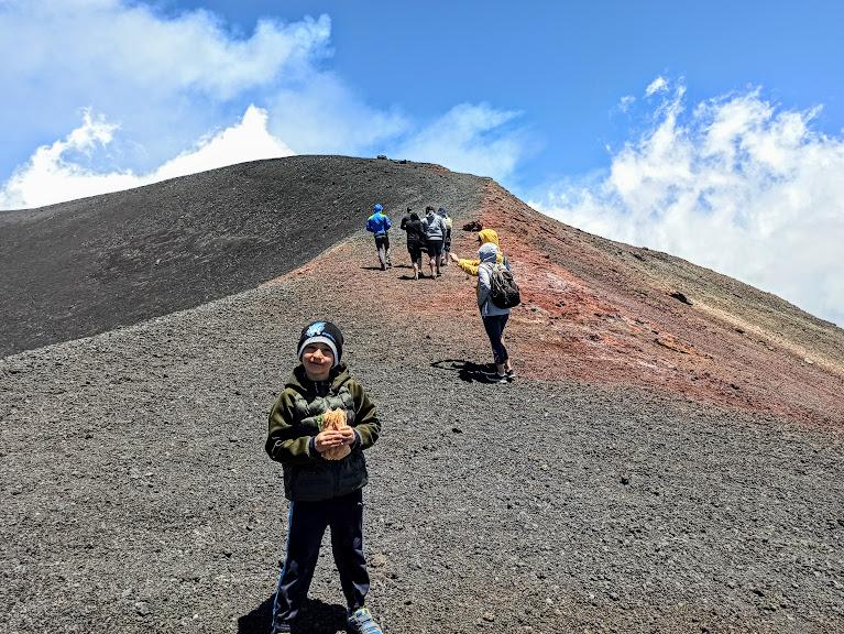 un bambino sull'Etna