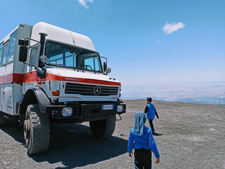 due bambini in escursione in jeep sull'Etna