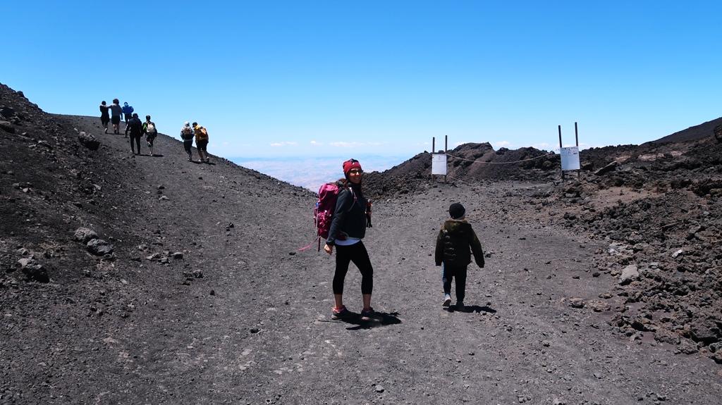 una mamma e un bambino sull'Etna