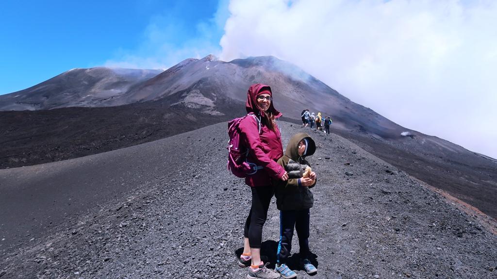 una famiglia in escursione in funivia sull'Etna