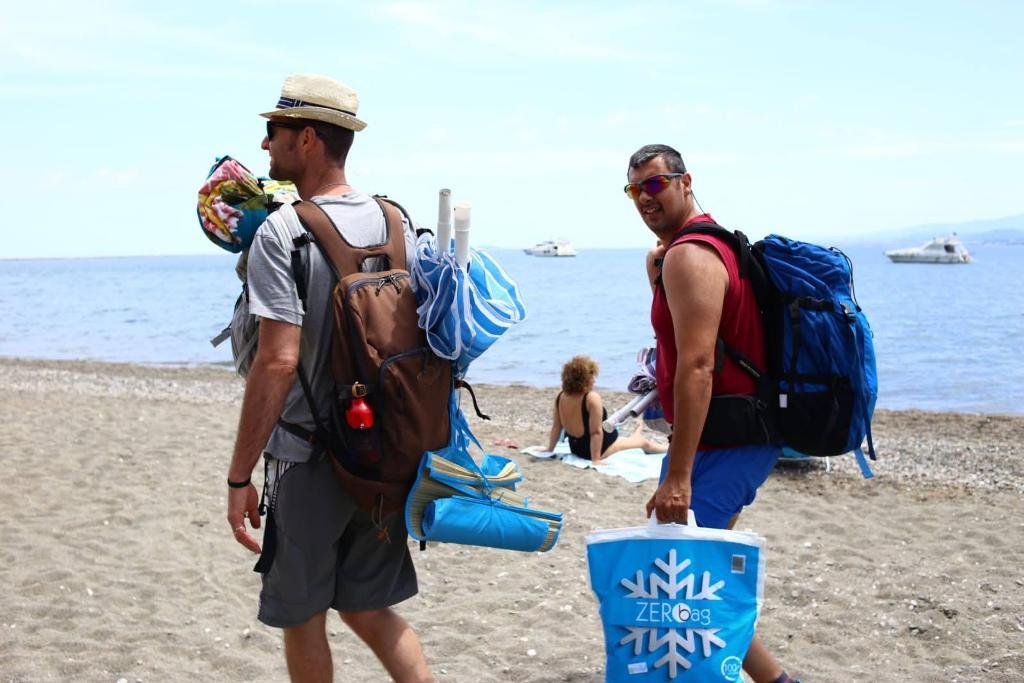 due papà sulla spiaggia di Oliveri