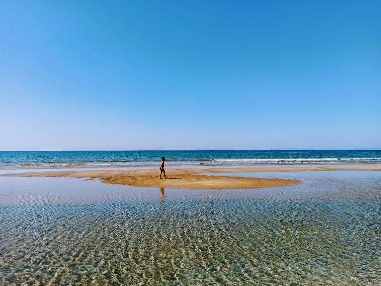 un bambino sulla spiaggia di Granelli vicino Marzamemi