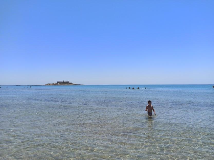 un bambino sulla spiaggia di Isola delle Correnti