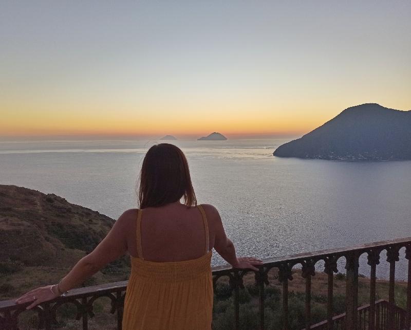 donna che osserva il tramonto a Lipari