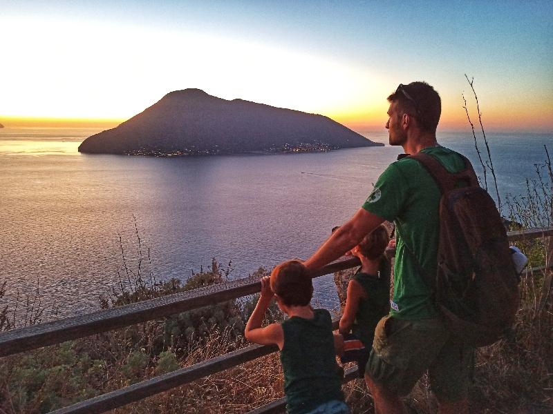 una famiglia che ammira il tramonto a Lipari