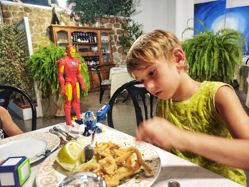 bambino al ristorante a Lipari