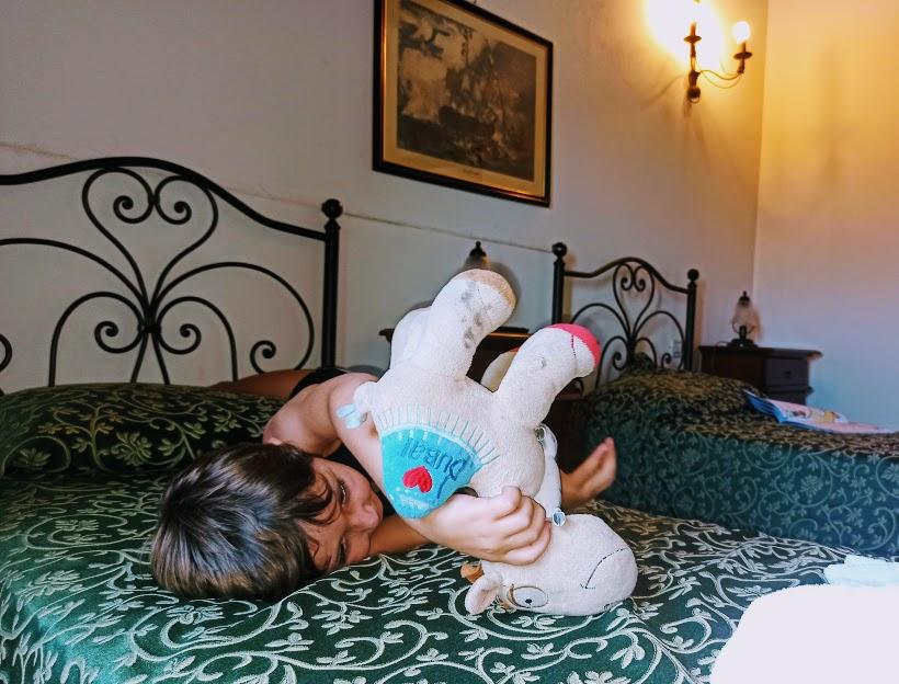 un bambino in una camera di agriturismo sui Nebrodi