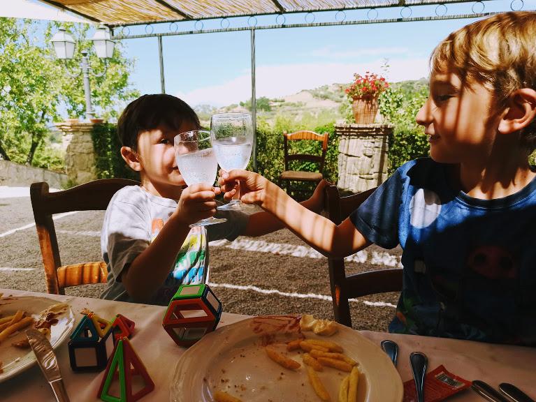 bambini che brindano in un agriturismo sui Nebrodi