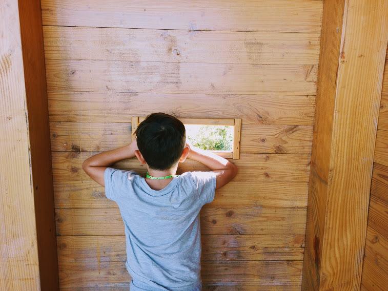 bambino che fa birdwatching