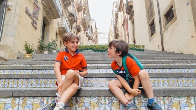 due bambini seduti sulla scalinata di Caltagirone