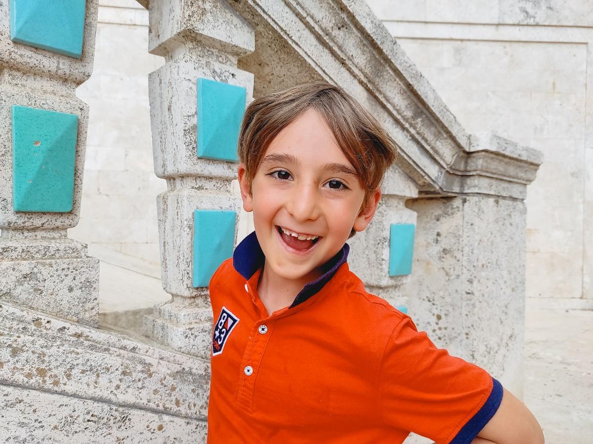 un bambino che sorride a caltagirone