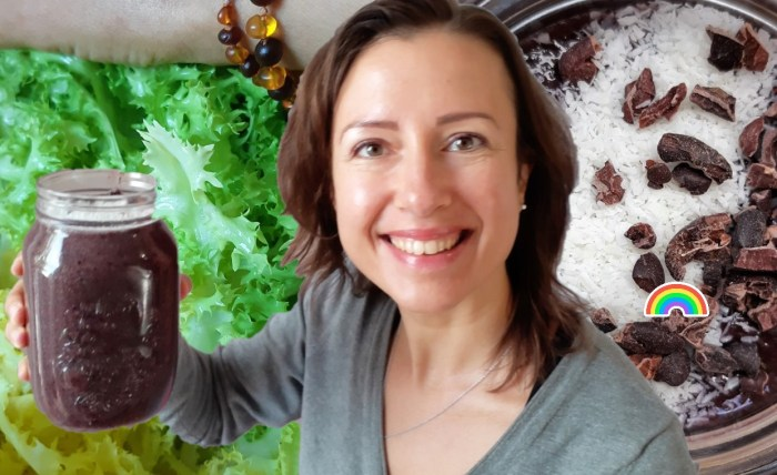 Green #smoothie #recipe with wild #blueberries and curly lettuce