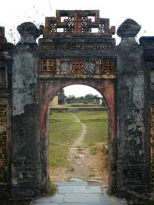 Porte dans l'enceinte du Palais Thai Hoa