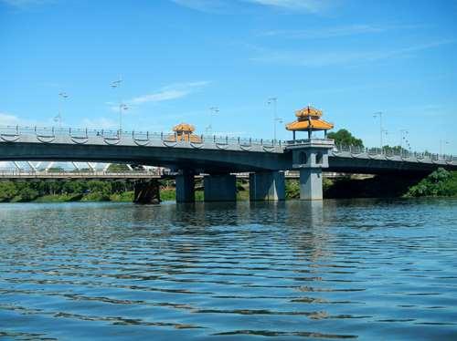 Claironyva Vientam Hue Pont sur la rivière des parfums, entre modernité et tradition, Hue