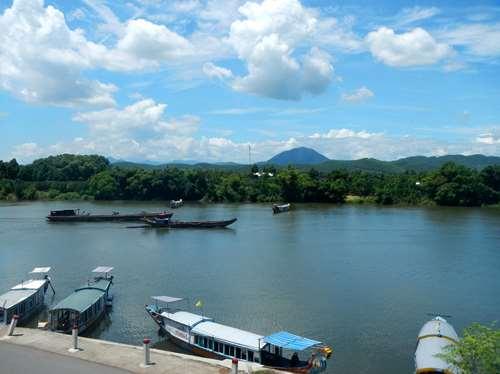 Vue sur la rivière des parfums depuis la Pagode de Thien Mu