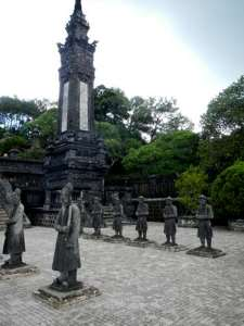 Soldats de pierre au Tombeau de Khai Dinh