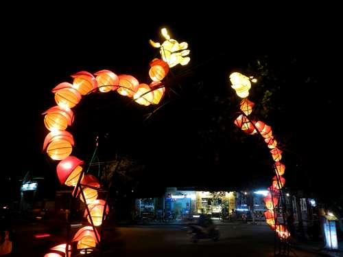 Vietnam Claironyva Carrefour éclairé par deux dragons à Hoi An