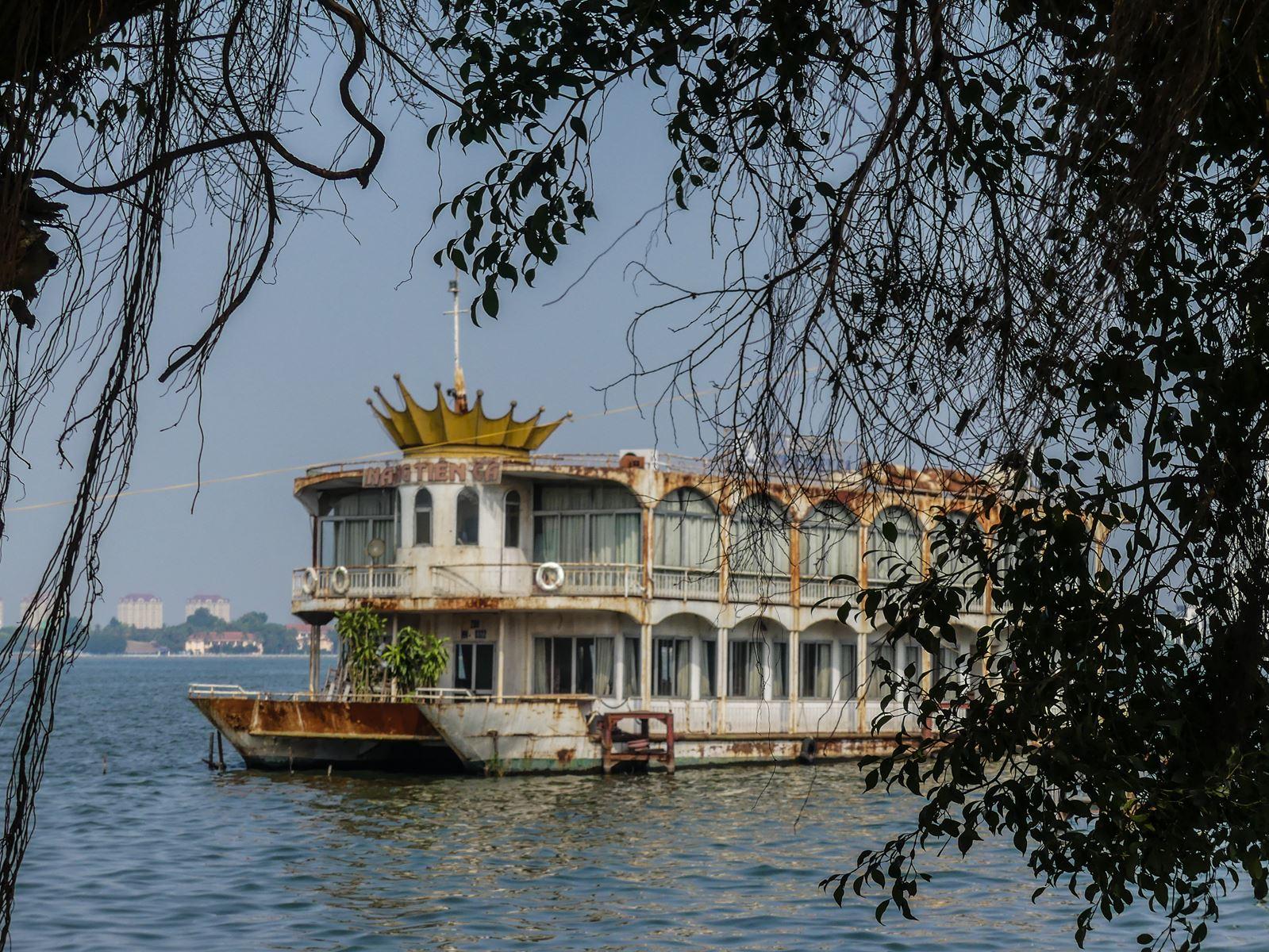 Claironyva - Bateau restaurant abandonné sur le Lac de l'Ouest à Hanoi - Vietnam