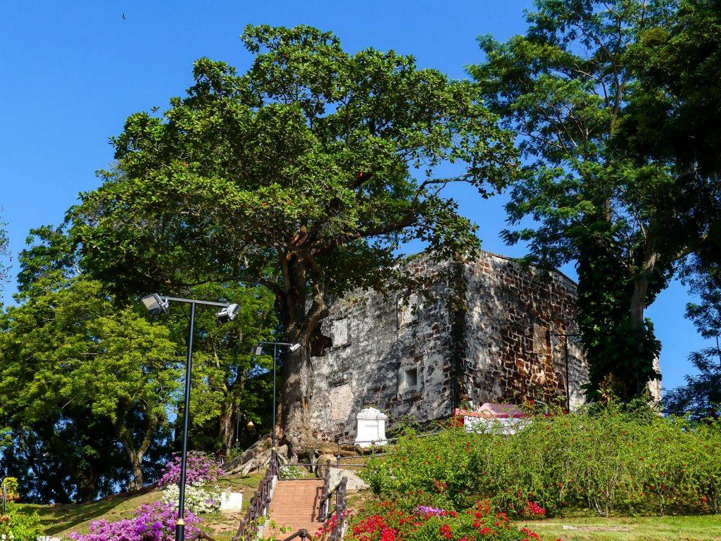 Vue sur l'église depuis A Famosa