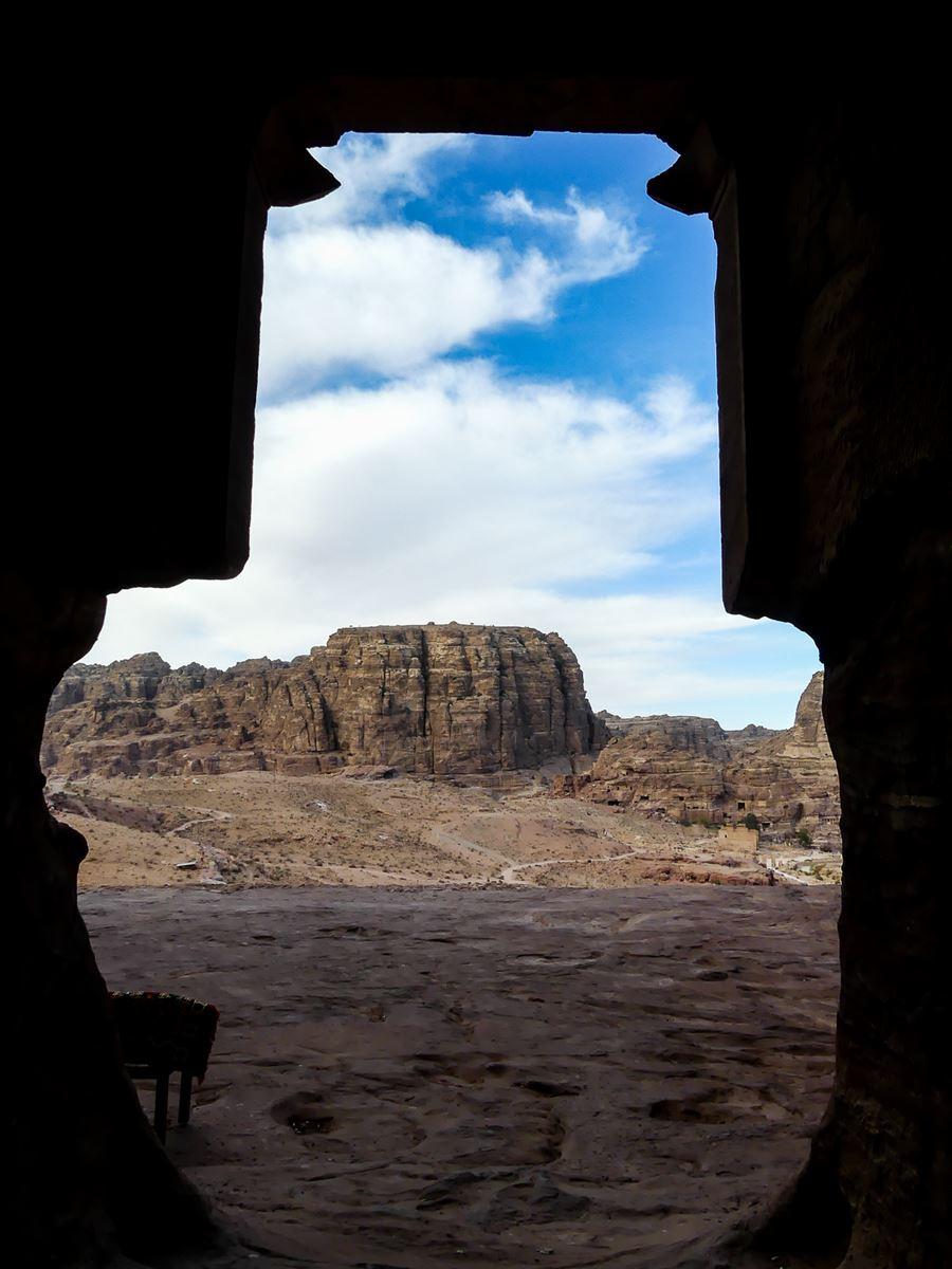 Petra - VUe depuis l'intérieur d'un des tombeaux