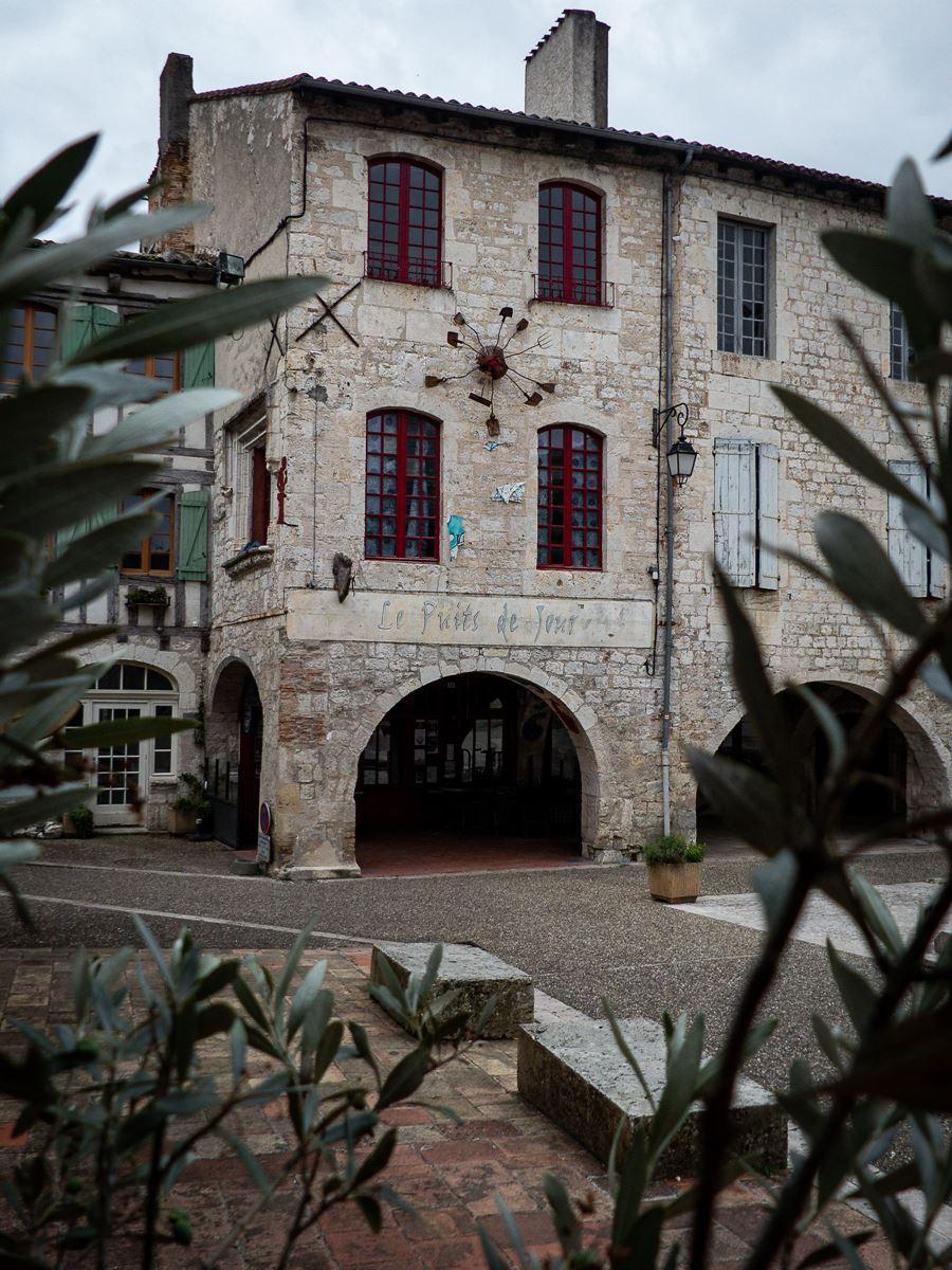 Lauzerte, place des Cornières