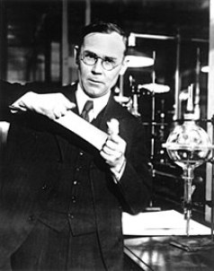 220px-Wallace_Carothers,_in_the_lab.jpg