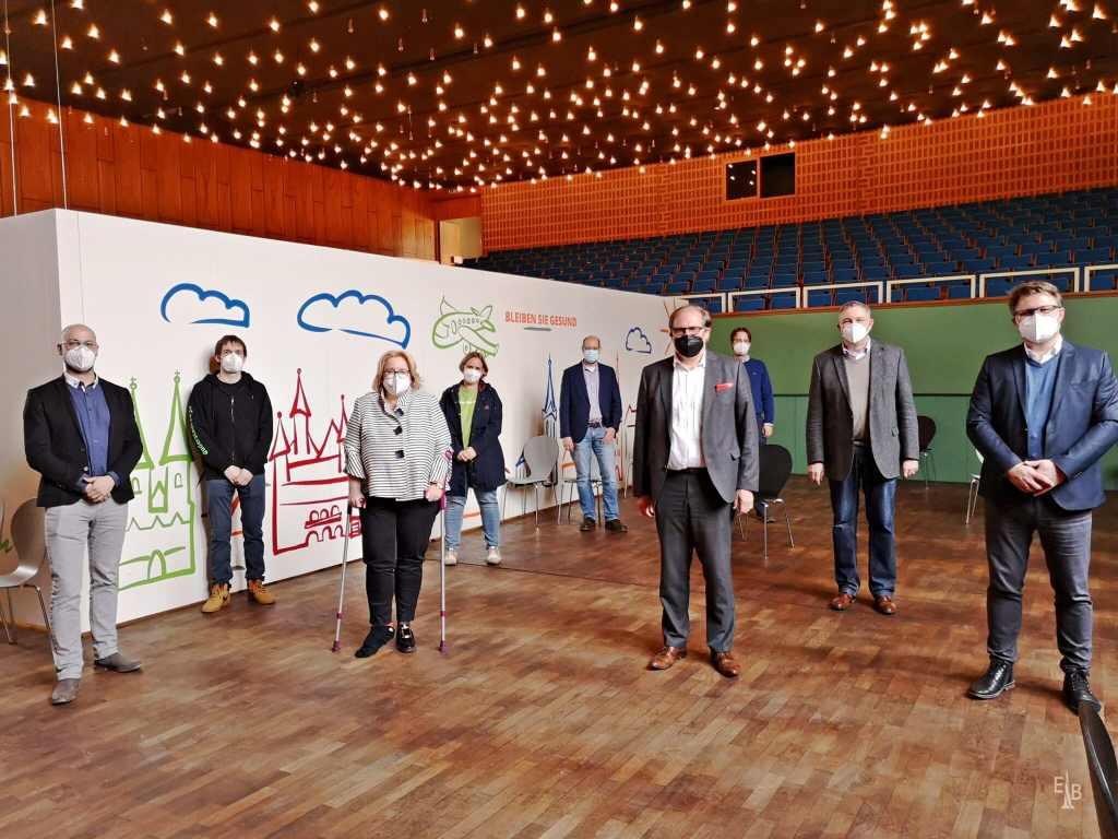 Mitglieder des Kreisrates, der Duderstädter Stadtverwaltung, der Firma Ottobock und das Team Duderstadt 2030 bei der Besichtigung des Impfzentrums im Ballhaus